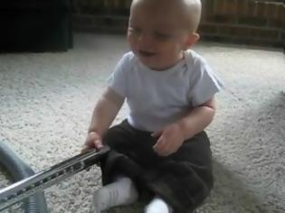 Φωτογραφία για VIDEO: Ένα μωρό κάνει παιχνίδι την ηλεκτρική σκούπα!