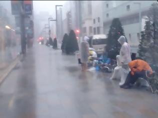 Φωτογραφία για Ούτε ο τυφώνας δεν μπορεί να σταματήσει τους οπαδούς της Apple