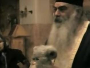 Φωτογραφία για Συνέβη στον Καρέα: Ιερέας ξορκίζει αρκουδάκι Φέρμπι - «Έχει ολόκληρο διάβολο μέσα του»