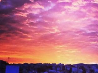 Φωτογραφία για Γιατί ξαφνικά, οι Αθηναίοι ξύπνησαν σήμερα και άρχισαν να φωτογραφίζουν τον ουρανό