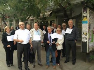 Φωτογραφία για Συνταξιούχοι διαμαρτύρονται με θηλιές στο λαιμό έξω από τον Ι.Ν. Αγίου Δημητρίου
