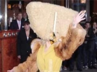 Φωτογραφία για Φόρεσε αρκούδα στο κεφάλι της και βγήκε! Ποια είναι αυτή πάλι;