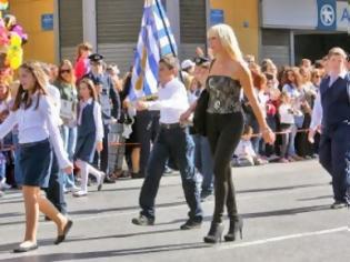 Φωτογραφία για Εκρηκτική ξανθιά δασκάλα «τσολιάς» έκλεψε τις εντυπώσεις στην παρέλαση στην Αθήνα
