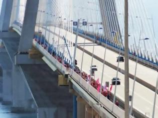 Φωτογραφία για Πάτρα: Ντύθηκε στα ροζ η Γέφυρα! - Πρωτοφανής η συμμετοχή στο PINK THE BRIDGE
