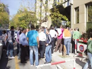 Φωτογραφία για Σε εξέλιξη συγκέντρωση διαμαρτυρίας στο ΥΠΕΚΑ από ηλεκτροπαραγωγούς φ/β