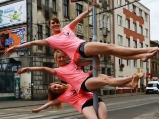 Φωτογραφία για Κάνουν pole dancing στον δρόμο και προκαλούν κομφούζιο (βίντεο)
