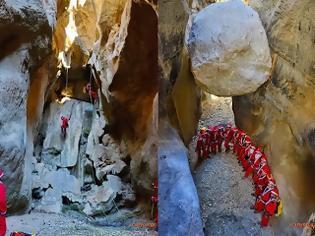 Φωτογραφία για Ντύθηκαν Αϊ Βασίληδες και κατέβηκαν σε δύο φαράγγια της Κρήτης - Μοναδικές φωτογραφίες