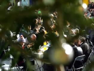 Φωτογραφία για Eκατοντάδες άνθρωποι στο χριστουγεννιάτικο τραπέζι του δήμου Αθηναίων