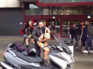 Φωτογραφία για Απίστευτος γυναικοκαυγάς στη μέση του δρόμου! [video]