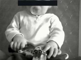 Φωτογραφία για Ομογενής στην Αυστραλία,  έδωσε όπλο στο μωρό του, το φωτογράφισε και έβαλε τη φωτογραφία στο facebook!