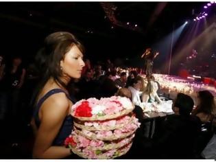 Φωτογραφία για Μίλησε κανείς για κρίση; Δείτε ποιον τραγουδιστή έθαψαν στα λουλούδια!