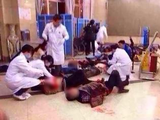 Φωτογραφία για Σοκαριστικές εικόνες από το μακελειό στον σιδηροδρομικό σταθμό της Κίνας – Τουλάχιστον 33 νεκροί, ανάμεσά τους και 4 τρομοκράτες (Προσοχή σκληρές Φωτό)