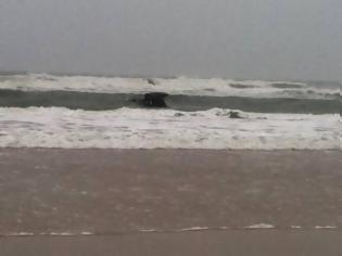 Φωτογραφία για Βίντεο που προκαλεί ΣΟΚ: Μητέρα προσπαθεί να πνίξει τα παιδιά της στη θάλασσα