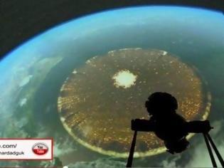 Φωτογραφία για Τι είναι αυτό το περίεργο... πράγμα πάνω από τη Γη; [video]