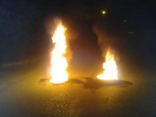 Φωτογραφία για Πάτρα: Έβαλαν φωτιά σε λάστιχα στην παραλία των Βραχνεΐκων - Δείτε φωτο