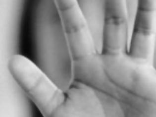 Φωτογραφία για ΣΟΚ: 42χρονη άφηνε τον παιδόφιλο- εραστή της να βιντεοσκοπεί γυμνά τα παιδιά της