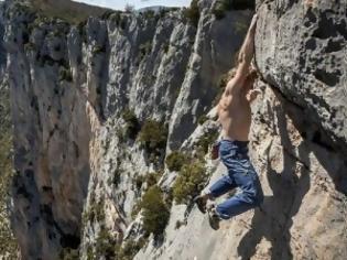 Φωτογραφία για Απίστευτο: Σκαρφάλωσε σε απόκρημνο βράχο 155 μέτρων με γυμνά χέρια [φωτο]