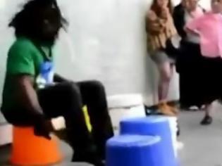 Φωτογραφία για Ένας εξαιρετικός μουσικός του δρόμου που παίζει μουσική με κουβάδες και κατσαρόλες! [Video]