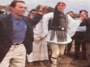Φωτογραφία για Δείτε τον... Terminator να χορεύει τσάμικο με τον Γιώργο Παπανδρέου [photos]