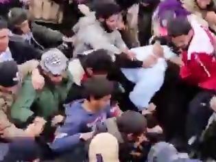 Φωτογραφία για Iσλαμικό πλήθος λίντσαρε έως θανάτου 4 σύριους φαντάρους στη Ράκκα [video]