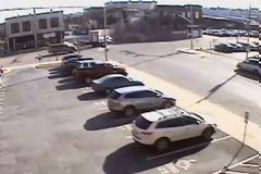 Γυναίκα οδηγός κλέβει αυτοκίνητο, πέφτει σε κτίριο και το γκρεμίζει [video]