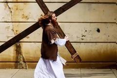 Ο Ιησούς της Φιλαδέλφειας: Ενας 28χρονος κυκλοφορεί ντυμένος Χριστός και έχει χιλιάδες οπαδούς [photos]