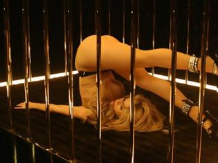 Φωτογραφία για VIDEO: Aγνώριστη αλλά υπερβολικά σέξι στο νέο της βίντεο η Σακίρα!