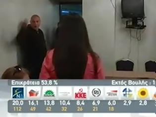 Φωτογραφία για Η στιγμή που μπήκε ο Μιχαλολιάκος στην αίθουσα: Εγέρθητι, όλοι όρθιοι... [video]
