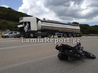 Φωτογραφία για ΤΡΑΓΙΚΟΣ ΘΑΝΑΤΟΣ: Μοτοσικλετιστής σφηνώθηκε κάτω από φορτηγό [ΦΩΤΟ & ΒΙΝΤΕΟ]