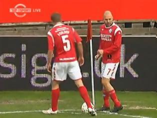 Φωτογραφία για VIDEO: Πήρε την πιο γελοία κόκκινη στην ιστορία του ποδοσφαίρου!!!