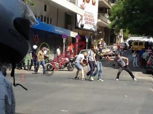Φωτογραφία για ΕΔΕ διατάχθηκε από την ΕΛ.ΑΣ για φωτογραφίες με πολίτες να πετούν πέτρες δίπλα από τα ΜΑΤ