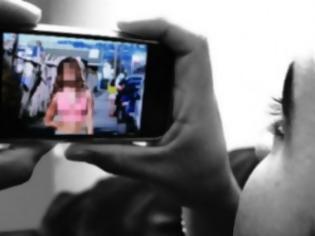 Φωτογραφία για Μητέρα έβγαζε γυμνές φωτογραφίες την 13χρονη κόρη της και της στέλνανε στο γκόμενό της!!!