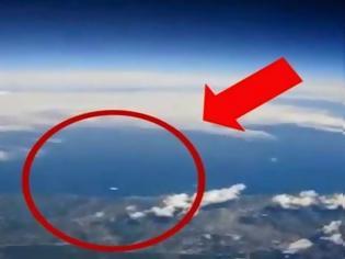 Φωτογραφία για ΒΙΝΤΕΟ ΣΟΚ: Ταξίδευε με αεροπλάνο όταν έξω από το παράθυρο είδε αυτό... [video]