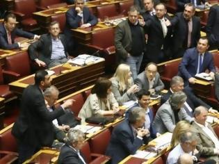 Φωτογραφία για ΑΓΡΙΕΥΟΥΝ ΤΑ ΠΡΑΓΜΑΤΑ: Φυγάδευσαν πρώην υπουργό από εξαγριωμένο πλήθος...