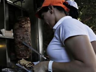 Φωτογραφία για Νέα εγκύλιος για τον ΦΠΑ: Αλαλούμ με το... σουβλάκι