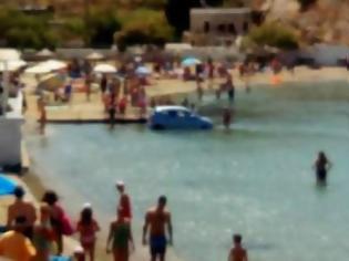 Φωτογραφία για Που το είχε το μυαλό του; - Αυτοκίνητο έκανε... βουτιά σε παραλία της Σύρου [video]