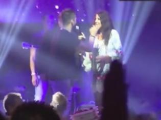 """Φωτογραφία για Δείτε τι τραγούδησε ο Τσαλίκης στην Άντζελα και την """"έστειλε"""" [video]"""