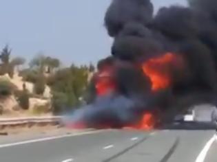 Φωτογραφία για Συγκλονιστικό βίντεο: Αυτοκίνητο στην Πάφο τυλίχτηκε στις φλόγες και ο συνοδηγός κάηκε ζωντανός