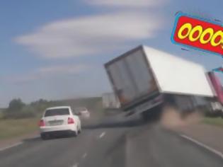 Φωτογραφία για Ένας απρόσεκτος οδηγός Ι.Χ. φτάνει για να τουμπάρει φορτηγό.... [video]