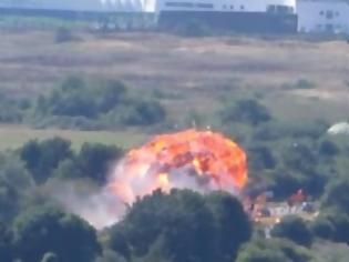 Φωτογραφία για Κόβει την ανάσα - Η συγκλονιστική στιγμή που αεροσκάφος πέφτει πάνω σε αυτοκίνητα... [video]