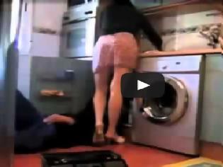 Φωτογραφία για ΚΑΤΑΠΙΕ ΤΗ ΓΛΩΣΣΑ ΤΟΥ: Εβαλε κρυφή κάμερα για να ΔΕΙ τι κάνει η γυναίκα του όταν λείπει από το Σπίτι! [video]