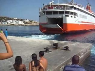 """Φωτογραφία για Δείτε πως αποχαιρετά ο καπετάνιος του """"Αδαμάντιος Κοραής"""" τους κατοίκους και τους παραθεριστές στη Σίκινο [video]"""
