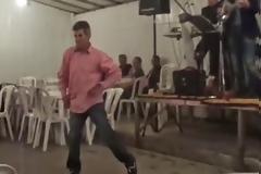 Τρικαλινός χορεύει και δίνει