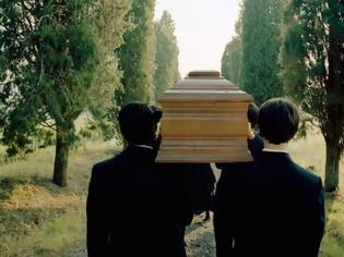 Φωτογραφία για Ξύπνησε στο φέρετρο λίγο πριν τον θάψουν!