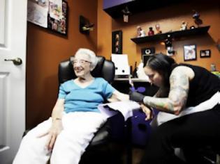 Φωτογραφία για Γιαγιά έκανε τατουάζ στα 101 της χρόνια!