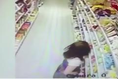 ΑΠΙΣΤΕΥΤΟ! Δείτε τι κάνουν δυο γυναίκες μέσα στο σουπερμάρκετ και νομίζουν πως κανείς δεν τις βλέπει... [video]