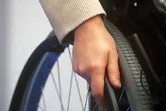 Το αναπηρικό αμαξίδιο των 200 ευρώ που προσφέρεται μέσω των δράσεων ποδηλατικών διαδρομών ή συλλογής πλαστικών πωμάτων δεν εξασφαλίζει την αυτονομία του χρήστη του