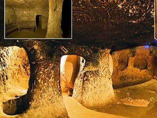 Φωτογραφία για ΘΑ ΣΑΣ ΣΗΚΩΘΕΙ Η...ΤΡΙΧΑ! Έκανε ανακαίνιση στο σπίτι του όταν ανακάλυψε ένα μυστικό υπόγειο τούνελ. Δείτε ΠΟΥ τον οδήγησε...