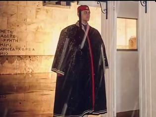 Φωτογραφία για Τώρα Αθήνα -2C: Η φωτογραφία από προεδρική φρουρά που κάνει τον γύρο του διαδικτύου και ΣΥΓΚΛΟΝΙΖΕΙ...