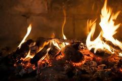 «Φωτιά» στα καύσιμα, με ξύλα και θερμαντικά σώματα ζεσταίνονται τα νοικοκυριά